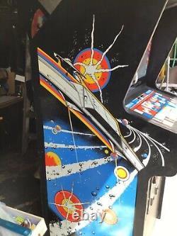 Deux Machines D'arcade Astéroïdes Pleine Grandeur Par Atari. Jusqu'à Uniquement