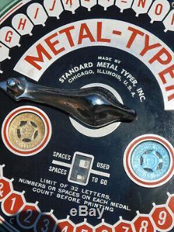 Vtg Coin Op Arcade Machine Standard Métal Typer Identification Médaille Great Works